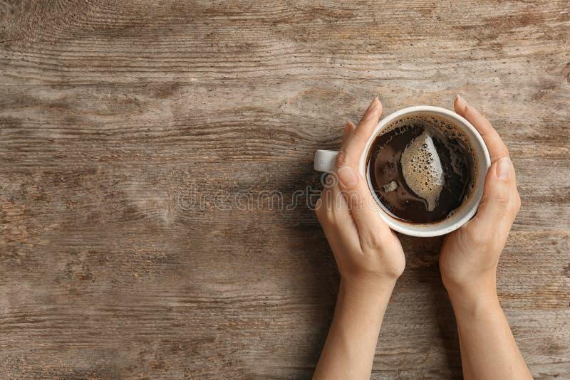 Jeune femme avec la tasse de café chaud délicieux photos stock