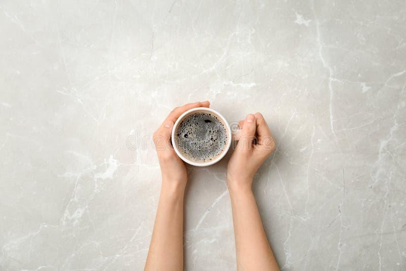 Jeune femme avec la tasse de café chaud délicieux images stock