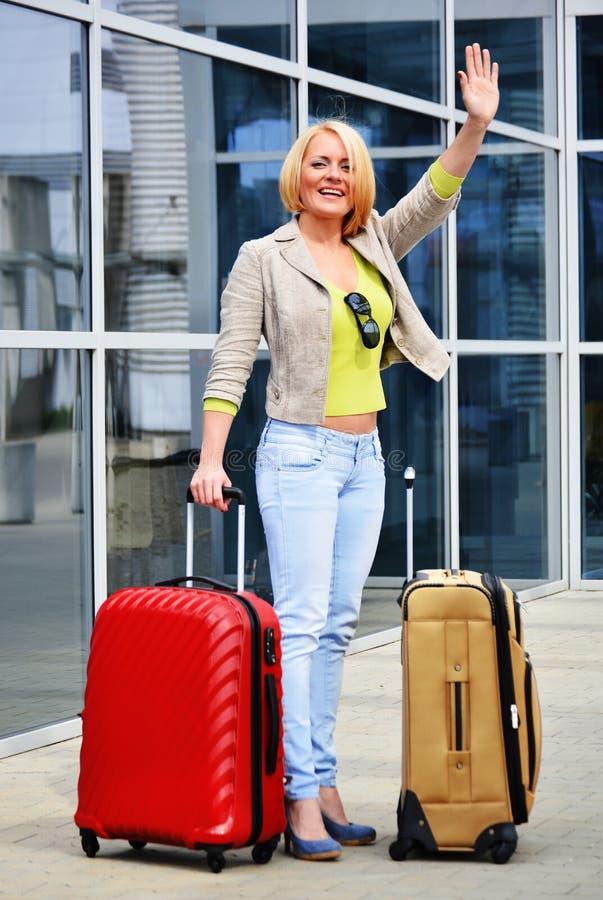 Jeune femme avec le bagage à l'aéroport Touriste de déplacement photo libre de droits