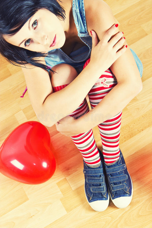 Jeune femme avec le ballon rouge de coeur photo libre de droits