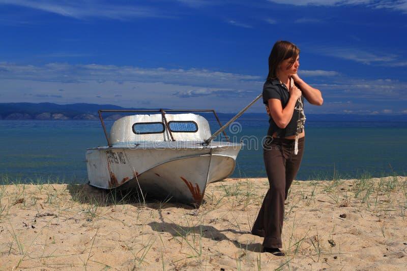 Jeune femme avec le bateau photographie stock libre de droits