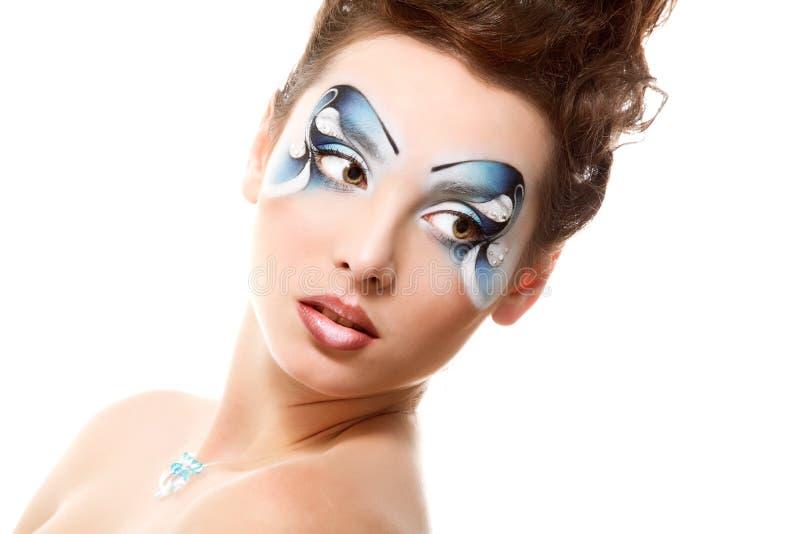 Jeune femme avec le beau maquillage de l'eau souriant au-dessus du blanc photo stock