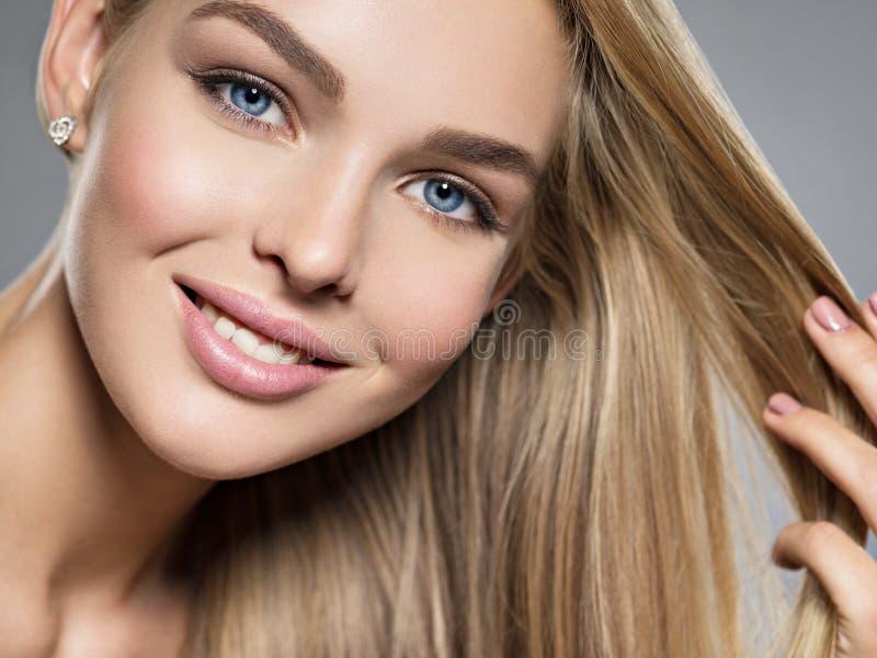 Jeune femme avec le beau sourire photos stock