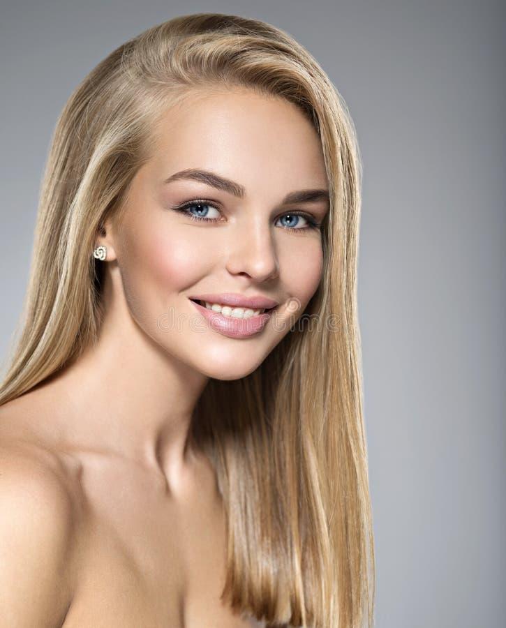 Jeune femme avec le beau sourire image libre de droits