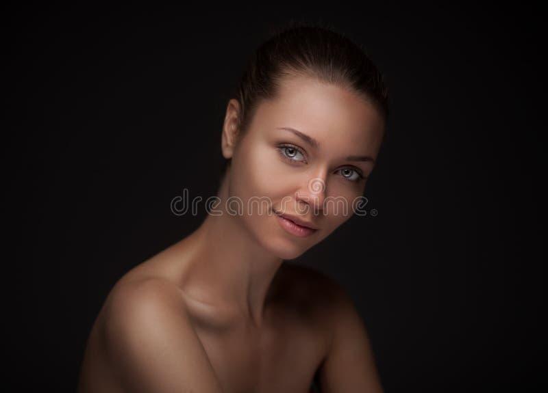 Jeune femme avec le beau visage sain photos stock