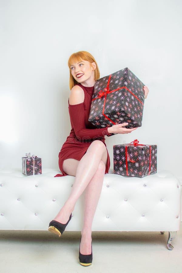 Jeune femme avec le cadeau enveloppé de Noël photo libre de droits