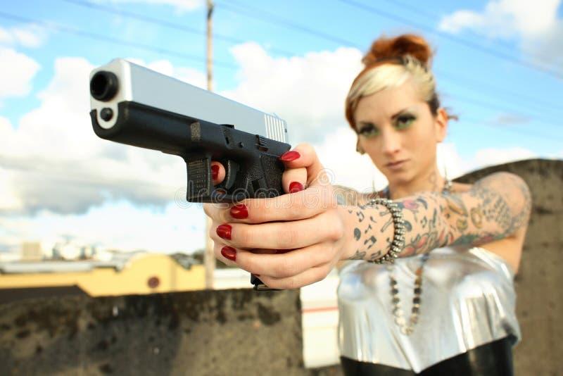 Jeune femme avec le canon image libre de droits