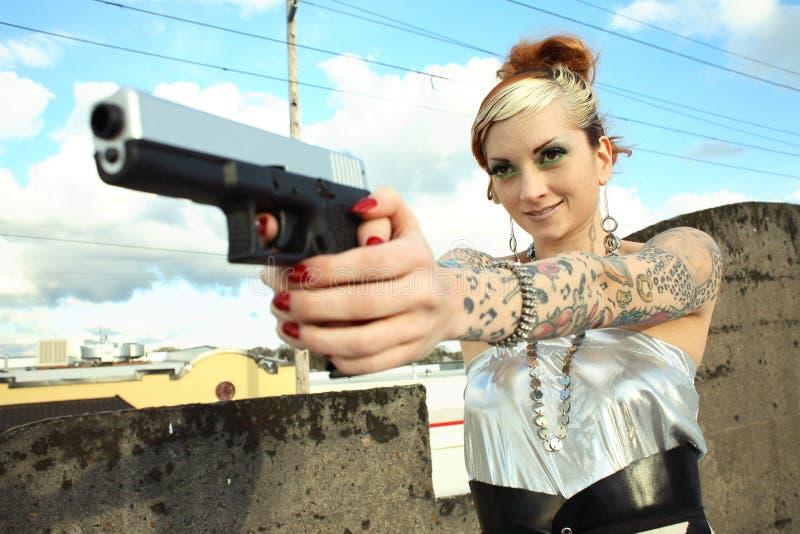 Jeune femme avec le canon images libres de droits