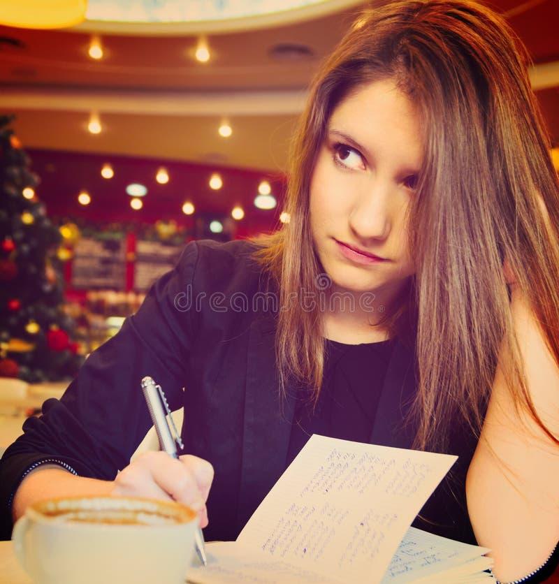 Jeune femme avec le carnet photographie stock libre de droits