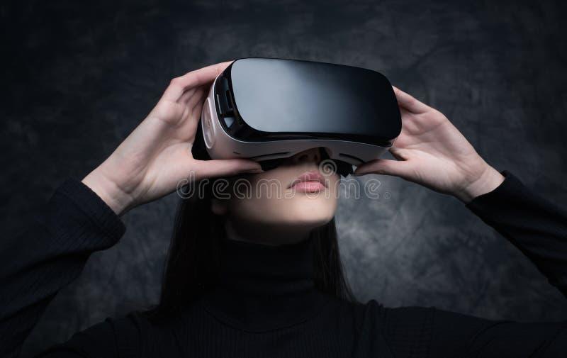 Jeune femme avec le casque de réalité virtuelle photos stock