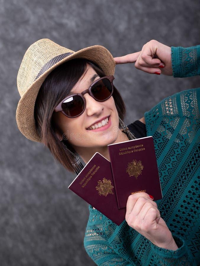 Jeune femme avec le chapeau d'?t? tenant des passeports photos libres de droits