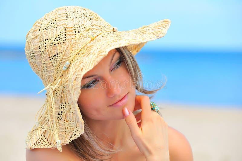Download Jeune Femme Avec Le Chapeau Sur La Plage Photo stock - Image du beauté, people: 8667474