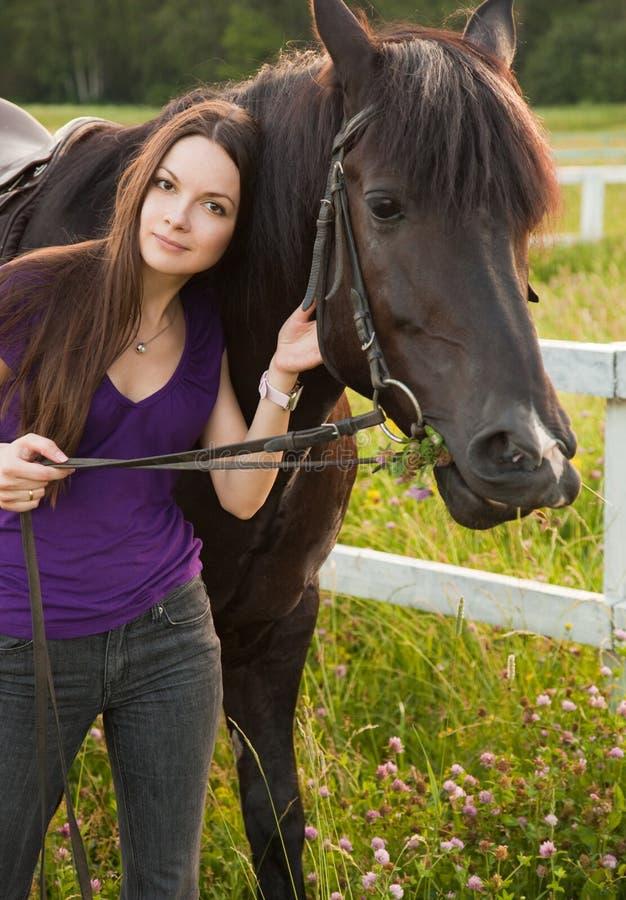 Jeune femme avec le cheval image stock
