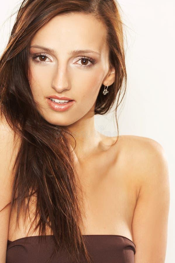 Jeune femme avec le cheveu balayé par le vent photographie stock libre de droits