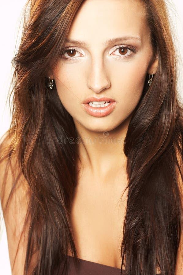 Jeune femme avec le cheveu balayé par le vent photos libres de droits