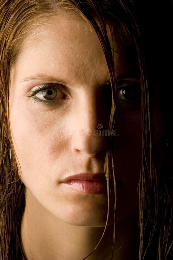 Jeune femme avec le cheveu humide photo libre de droits