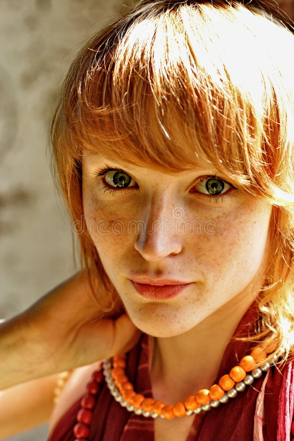 Jeune femme avec le cheveu rouge image stock