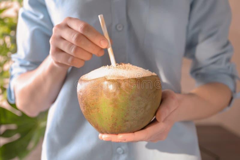 Jeune femme avec le cocktail frais de noix de coco photos stock