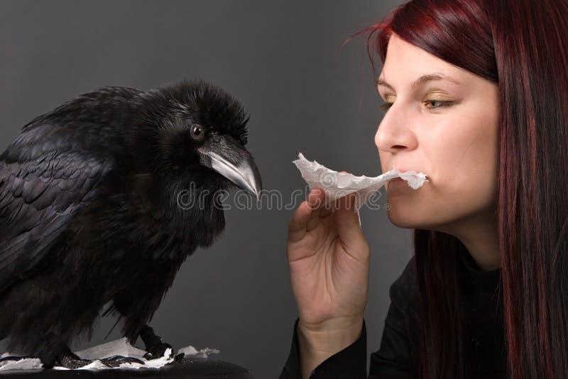 Jeune femme avec le corbeau photos stock