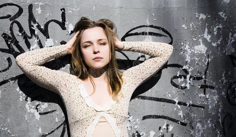 Jeune femme avec le graffiti photo stock