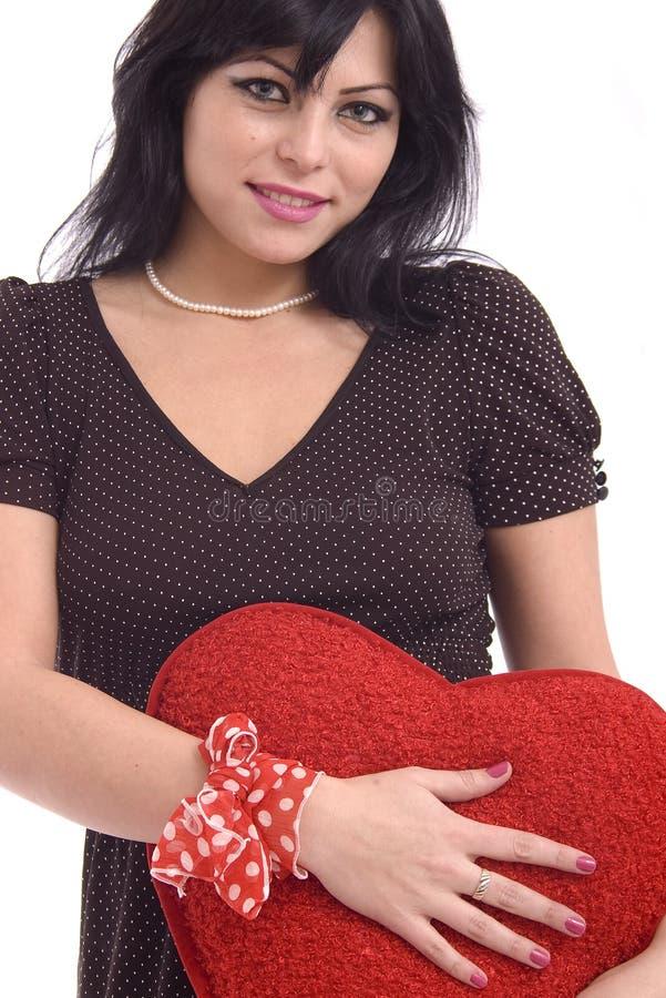 Jeune femme avec le grand coeur rouge de peluche photos stock