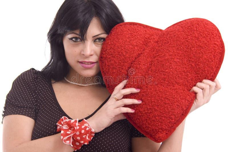 Jeune femme avec le grand coeur rouge de peluche photos libres de droits