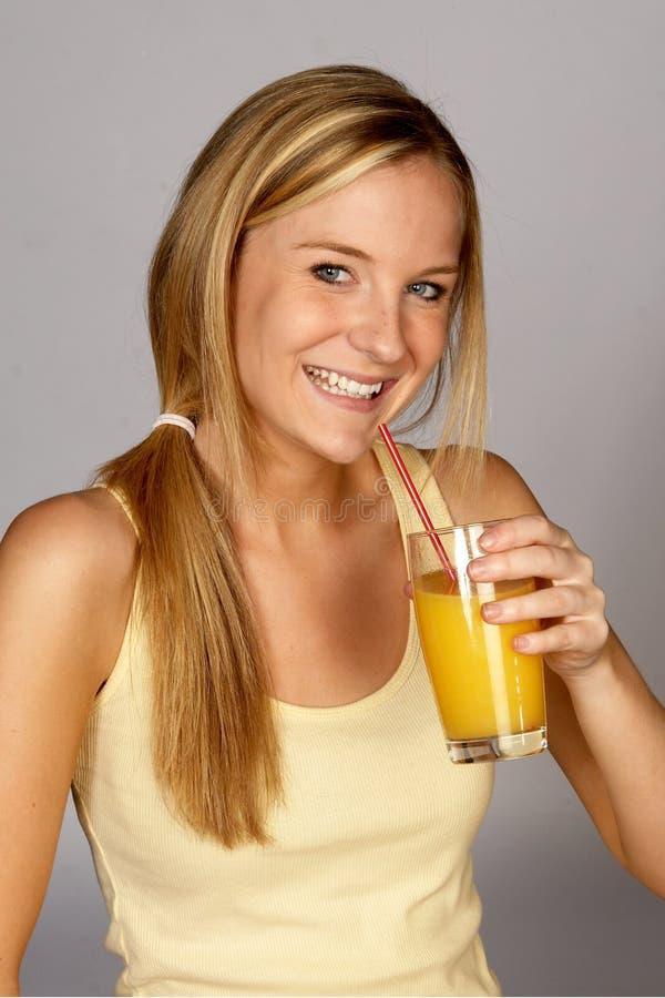 Jeune femme avec le jus d'orange photo stock