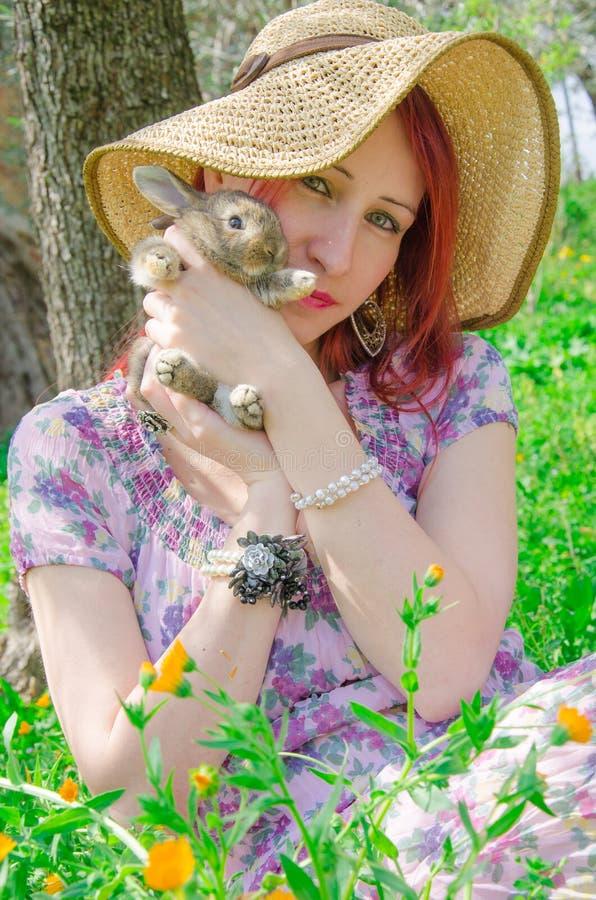 Jeune femme avec le lapin de bébé photo stock
