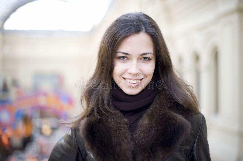 Jeune femme avec le long sourire de cheveu images stock