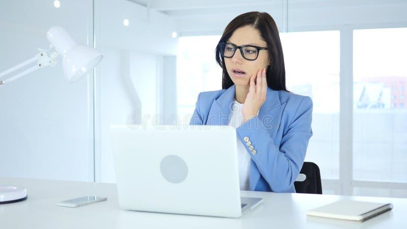 Jeune femme avec le mal de dents, douleur dans des dents image stock