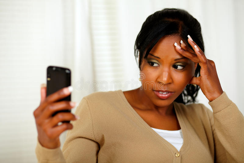 Jeune femme avec le mal de tête affichant un message photos stock