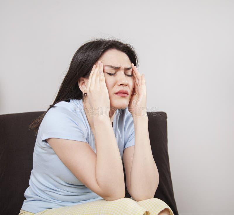 Jeune femme avec le mal de tête images stock