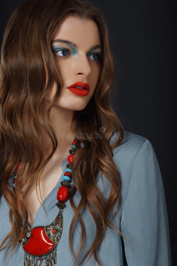 Jeune femme avec le maquillage lumineux et le collier photographie stock libre de droits
