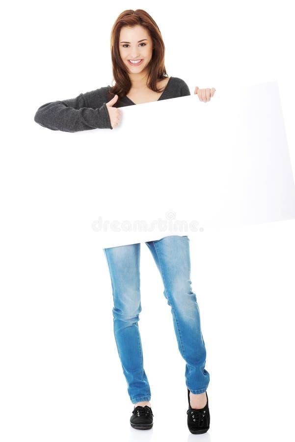 Jeune femme avec le panneau-réclame blanc photos libres de droits