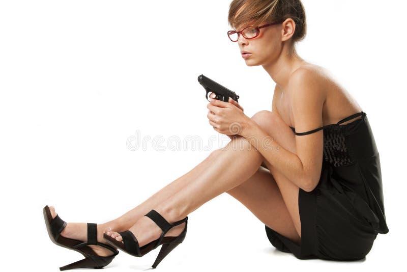 Jeune femme avec le pistolet images libres de droits