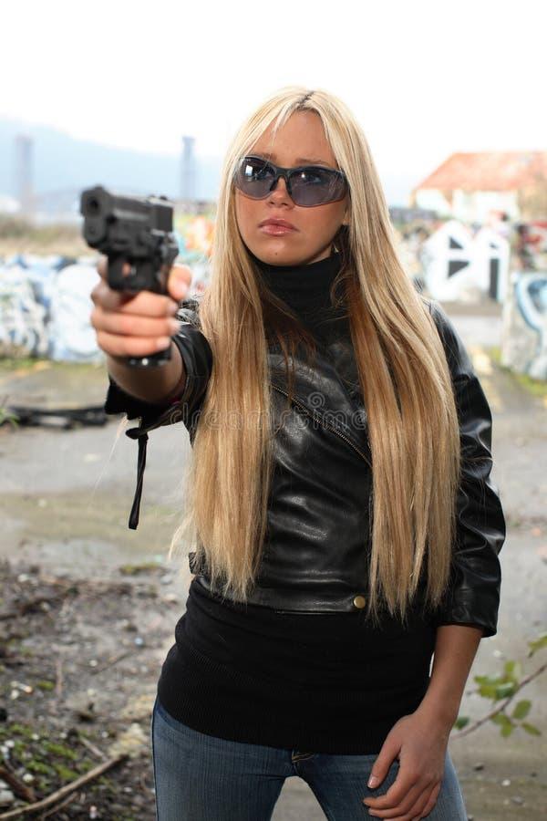 Jeune femme avec le pistolet image stock