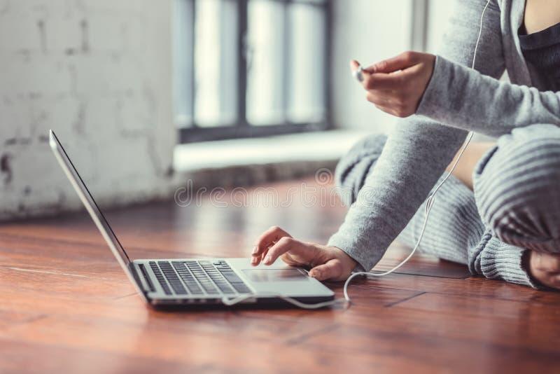 Jeune femme avec le plan rapproché d'ordinateur portatif photos libres de droits