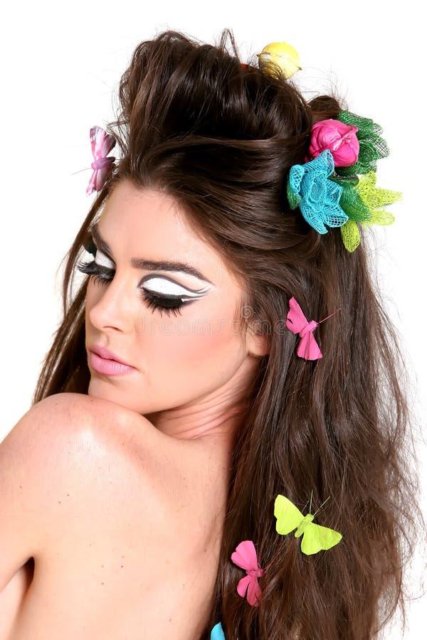 Jeune femme avec le renivellement et la coiffure de mode élevée photo libre de droits