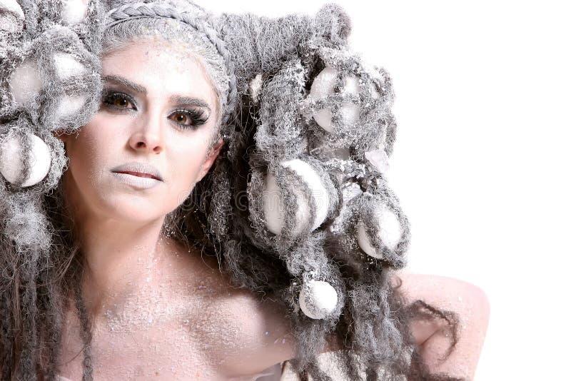 Jeune femme avec le renivellement et la coiffure de mode photo stock
