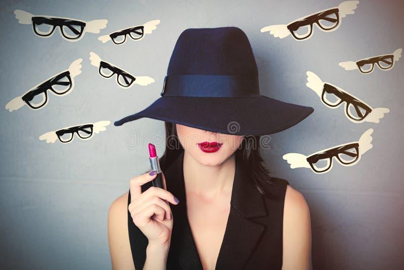 Jeune femme avec le rouge à lèvres photographie stock libre de droits
