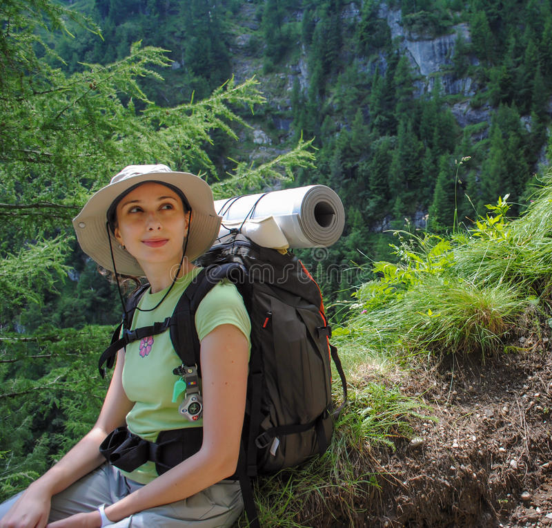 Jeune femme avec le sac à dos photo libre de droits