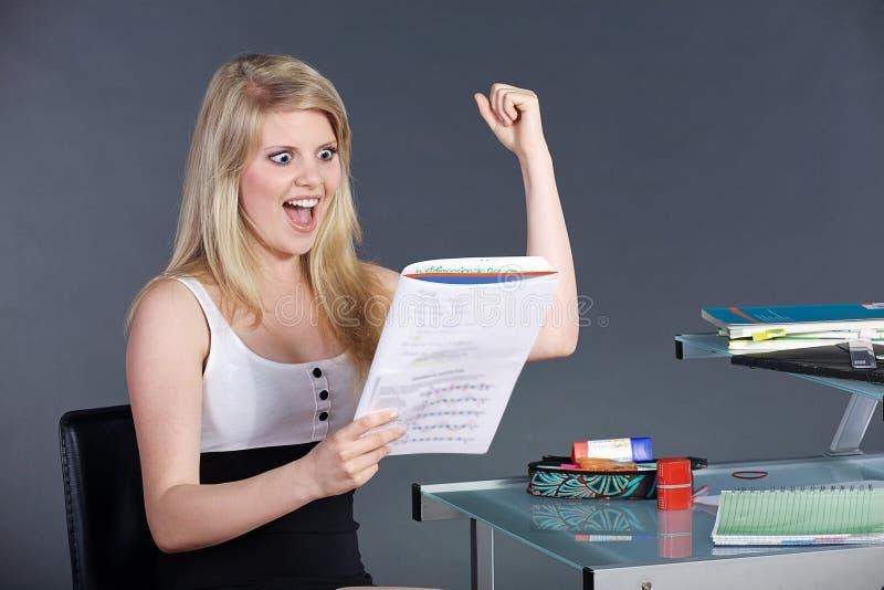 Jeune femme avec le schoolwork images libres de droits