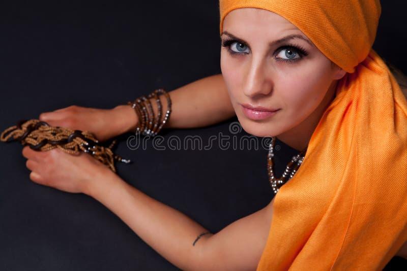 Jeune femme avec le skarf orange photographie stock