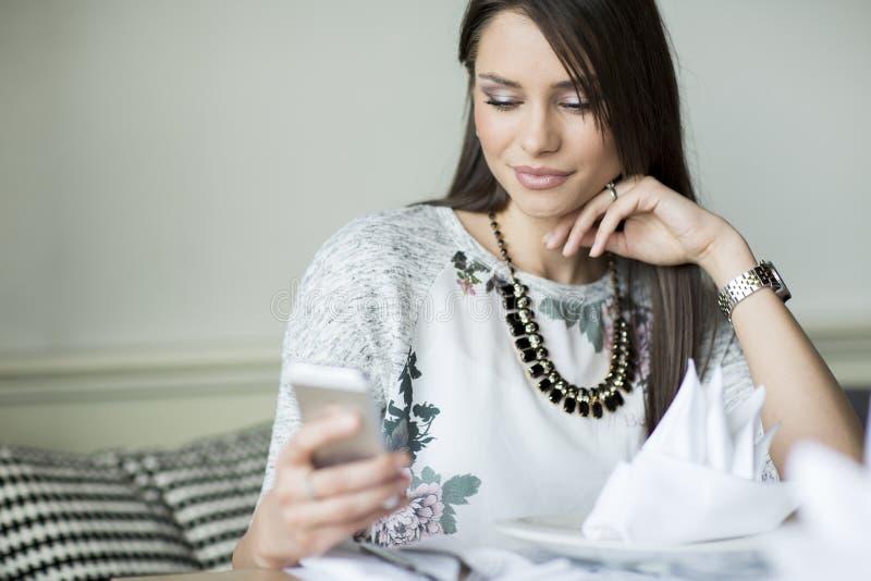 Jeune femme avec le téléphone portable photos stock
