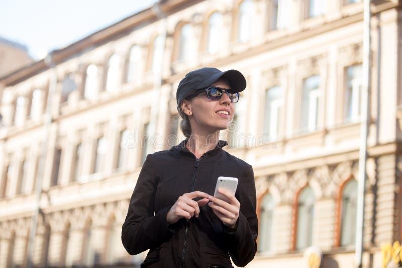 Download Jeune Femme Avec Le Téléphone Portable Dans La Rue Photo stock - Image du ville, voyage: 56476132