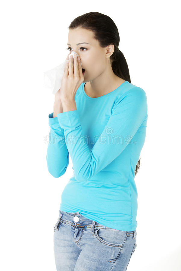 Jeune femme avec le tissu - éternuant image stock