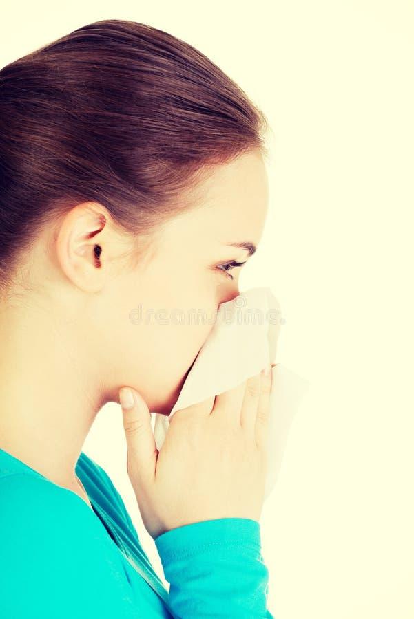 Jeune femme avec le tissu - éternuant photographie stock