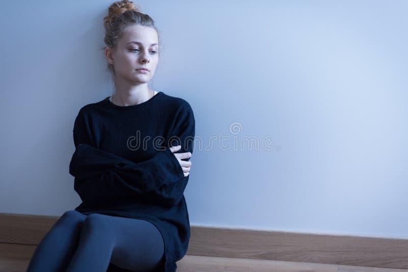 Jeune femme avec le trouble d'anxiété photo stock
