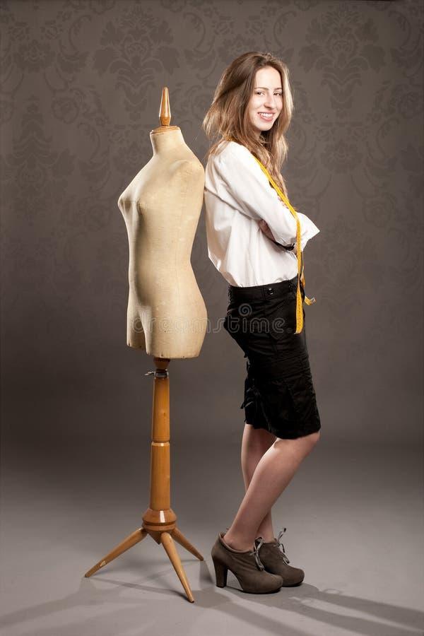 Jeune femme avec le vieux mannequin images stock