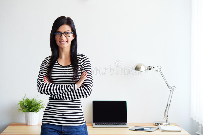 Jeune femme avec les bras croisés photos libres de droits